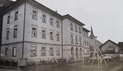 SCHULHAUS-ERSTFELD AUSSENANSICHT
